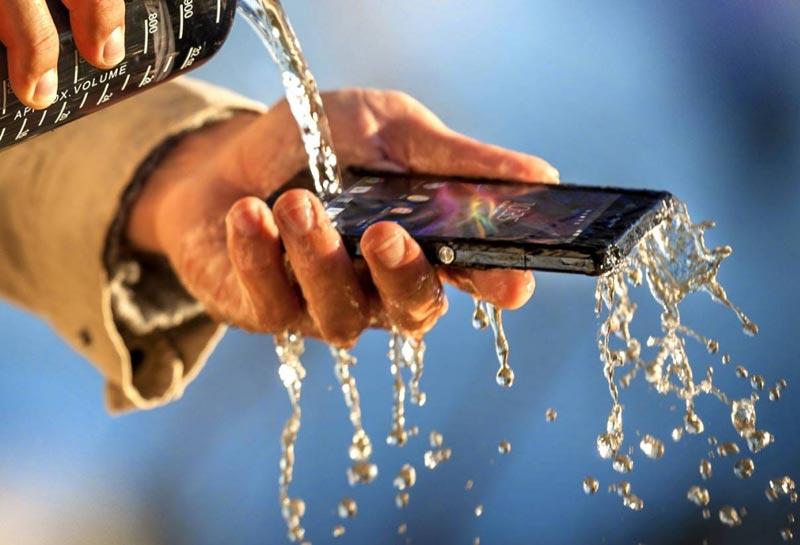 Den nye Sony Xperia Z er tæt på at være vandtæt. Perfekt til sejleren. Foto: Sony