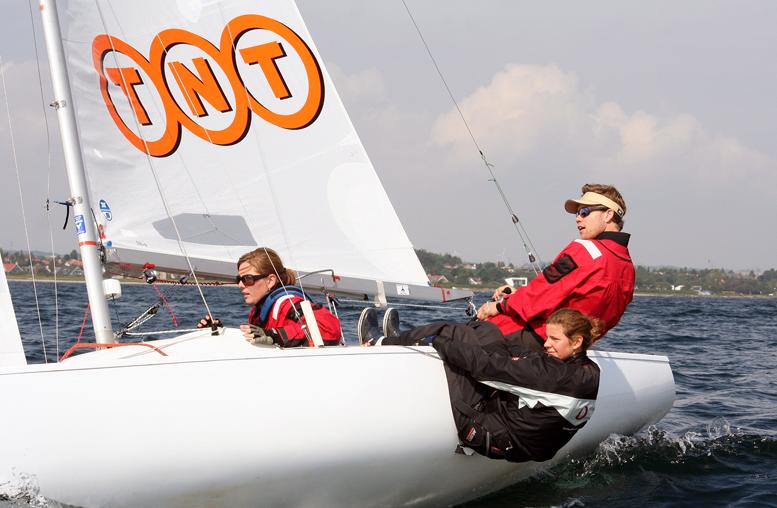 Yngling til stævne i Aarhus i 2006 med sponsor i sejlet. Foto: Ricky Hansen