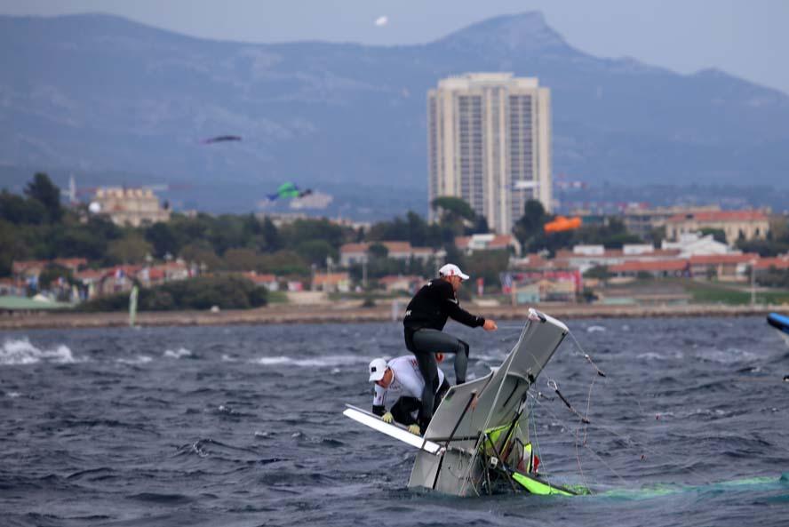 Allan Nørregaard og Anders Thomsen kæntrede lige før en start. Først 4 minutter før start fik de rejst båden op, hvorefter de tog en andenplads. Foto: Troels Lykke