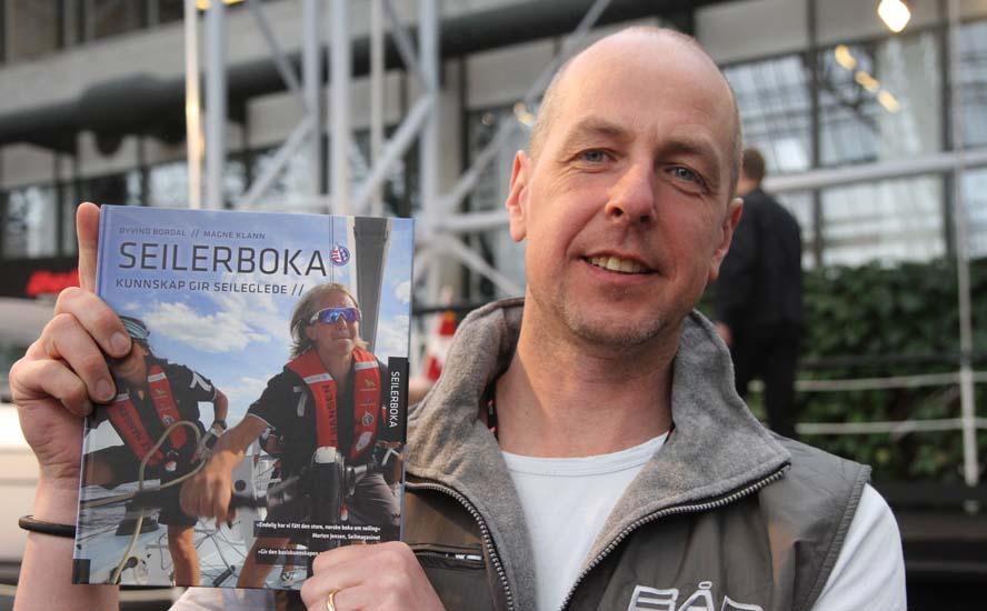 Øyvind Bordal fra Bådmagasinet viser bogen frem i Bella Center. Foto: Troels Lykke