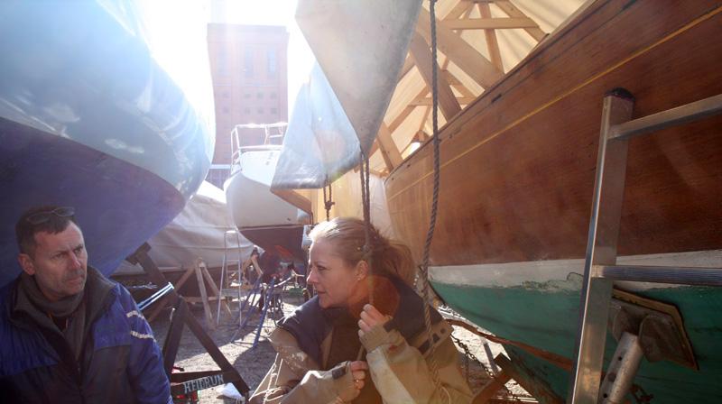 Poul og Catja kæmper med båden Ebana fra 1945 i Svanemøllehavnen fredag 2. april. Foto: Troels Lykke