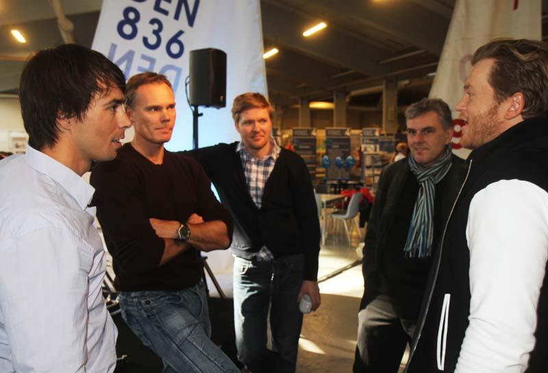 Fra venstre: Kamp, Halkier, Hestbæk og Høgh-Christensen taler om hvor meget mediebåde må genere dem på banen. Foto: Troels Lykke