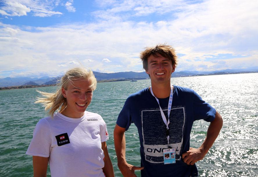 RS:X-surferne Lærke Buhl-Hansen og Sebastian Fleisher holder sammen, kunne vi se i Torms Meeting point i dag. Sebastian er yderst tæt på at kvalificere Danmark til OL i sin klasse. Foto: Troels Lykke