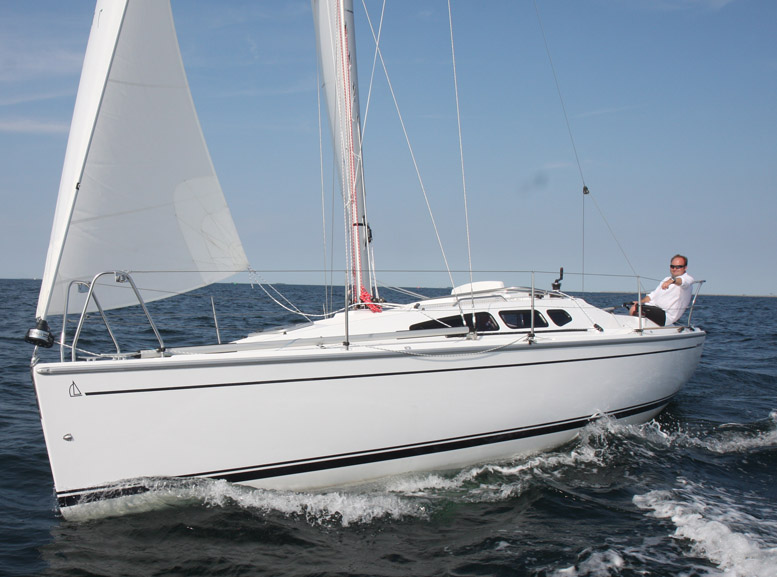 Dehler 29 sejles og testes, måske til BådNyt også. På turen får man virkelig lært båden at kende, fx kan jeg ikke forlade roret ellers går den hurtigt i vinden. Foto: Troels Lykke