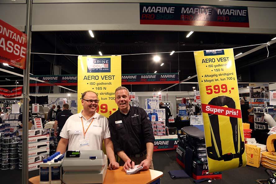 Mads og Bo står her ved Marine Pro Shop, der er største udstyrsstand på 200 kvadratmeter. Foto: Troels Lykke