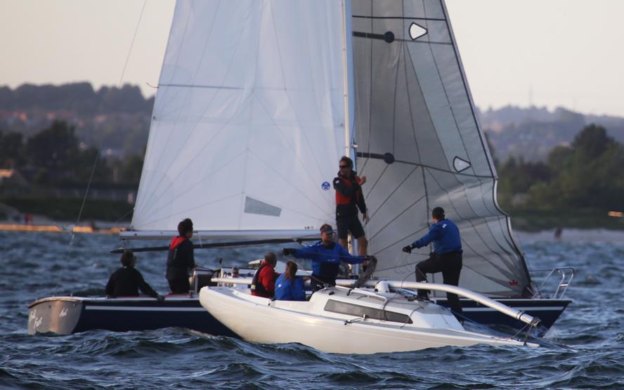 ScanKap 99-sejlere kommer Anders Bertelsen til undsætning efter masten lagde sig ned og bøjede undervejs. Fotos: Troels Lykke