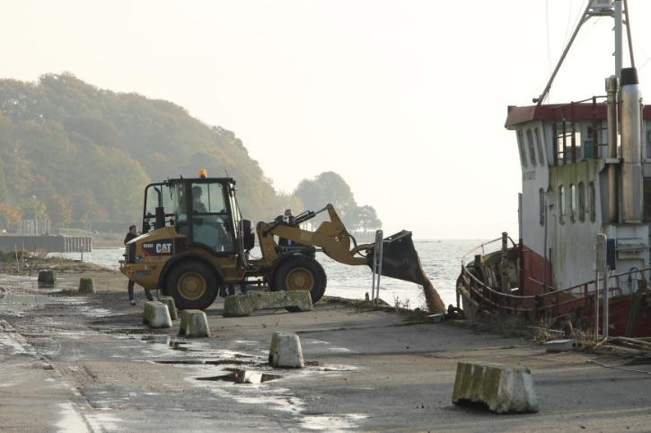 Bestyrelsesformand Erwin Andresen hældte de første to tons sand i havnen. Foto: PR-foto