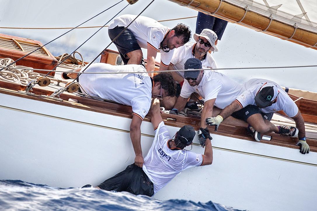 Efter at 15M-båden Hispania krydsede mållinjen i Illes Balears Classics Regatta på Mallorca røg et besætningsmedlem overbord. Et uheld, som blev fanget af fotograf Fernandez Luis og nu er en del af årets konkurrence. Foto: Fernandez Luis