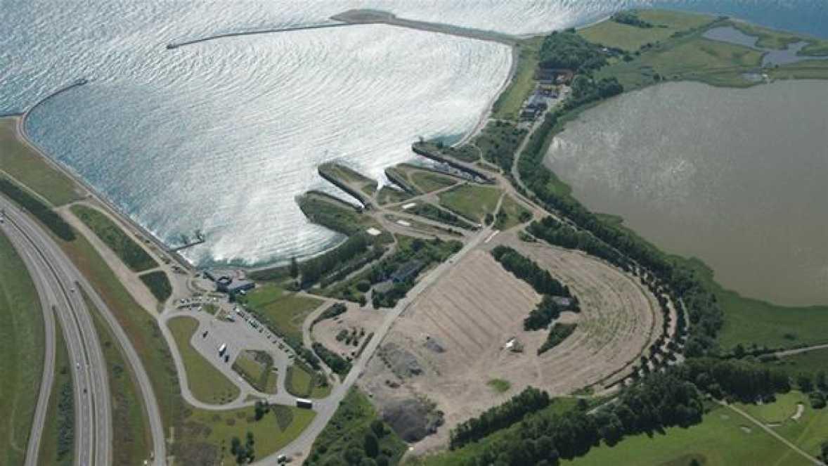 Fra 1957 til 1998 var Knudshoved en travl færgehavn. Siden 1998 har det stået ubrugt hen. I 2009 køber Peter Poulsen den gamle færgehavn ved Knudshoved. Foto: Admiral Marina