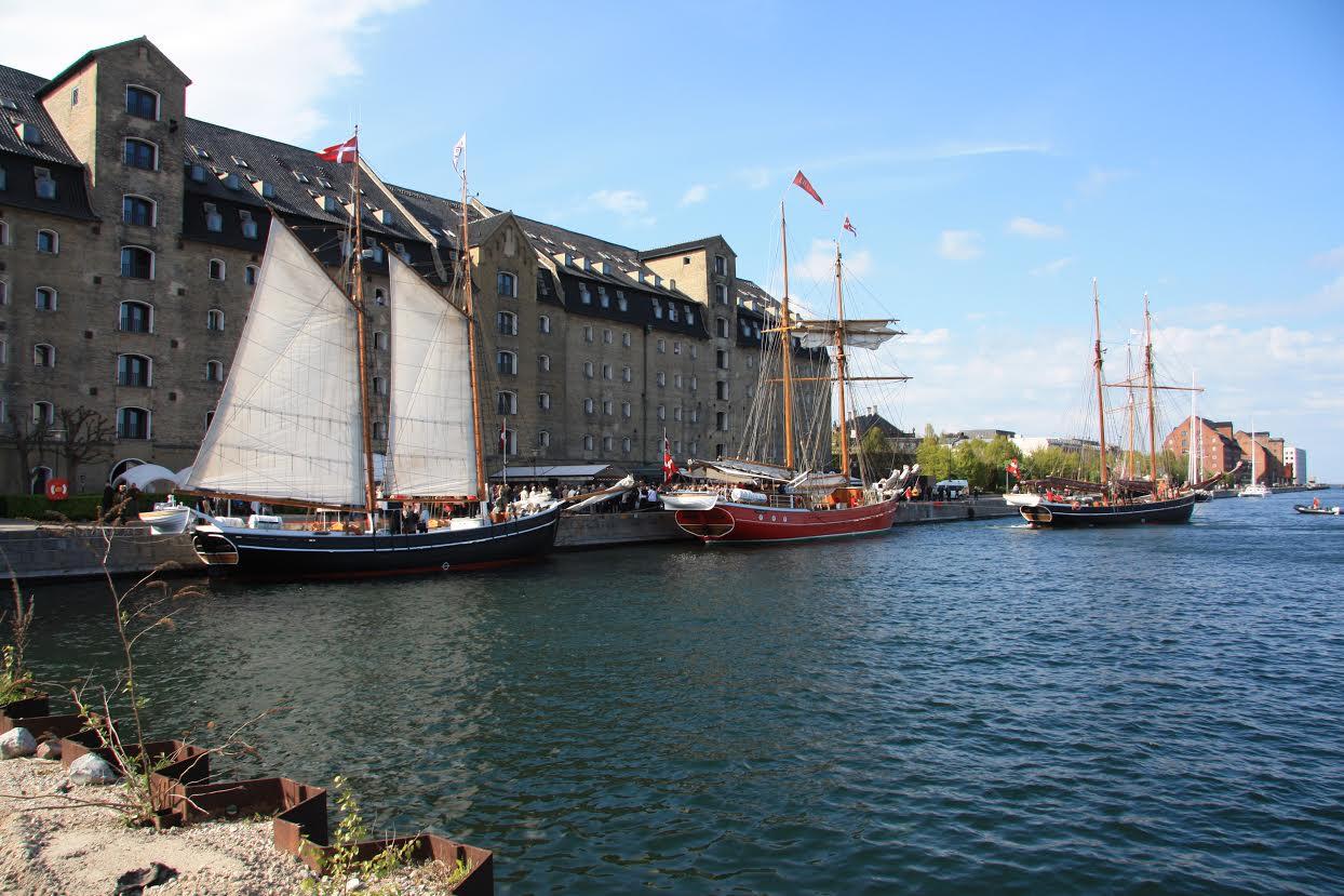 Skonnerterne Mira og Lilla Dan langs Admiralkaj og Skonnerten Halmø på vej ud på Øresund. Foto: Michael Molter