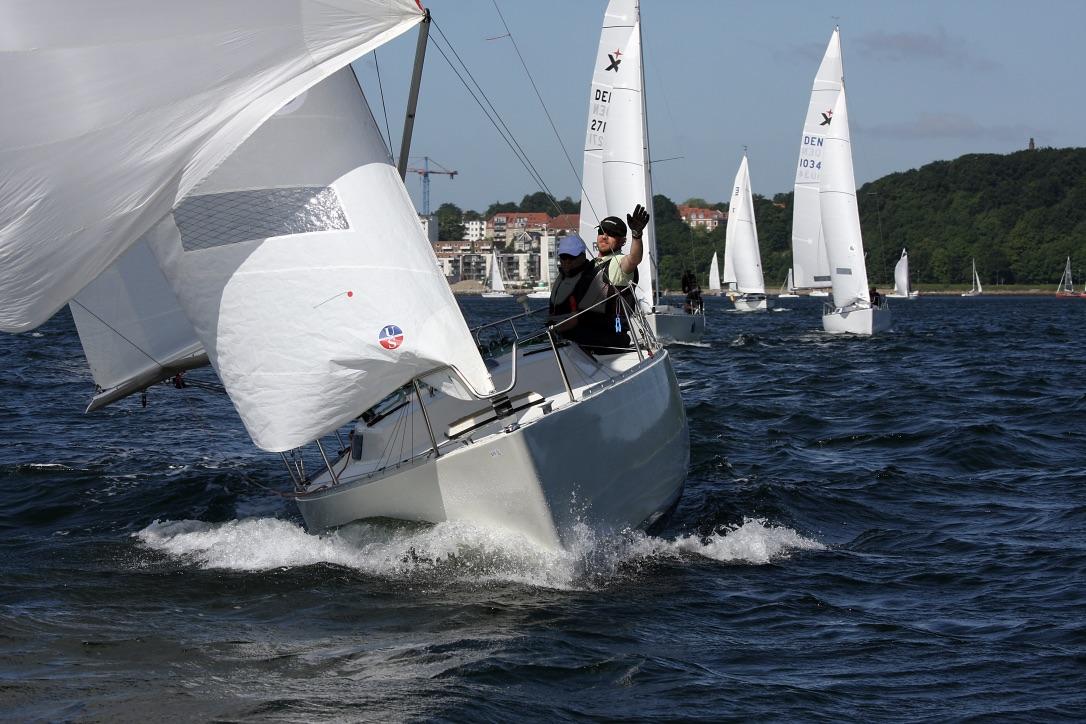 Ullman Sails har haft systuen i gang og leverer inden afgang en lille pose i sejldug til de deltagende både. Foto: Niels Kjeldsen