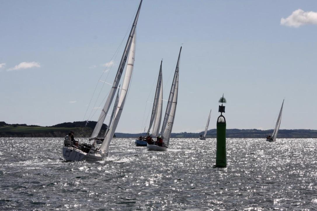 Kapsejladsen koster 1.200,00 kr., hvor nummerskilt, havneplads i Ballen og festmiddag på Dokken er inkluderet. Foto: Sailing Aarhus