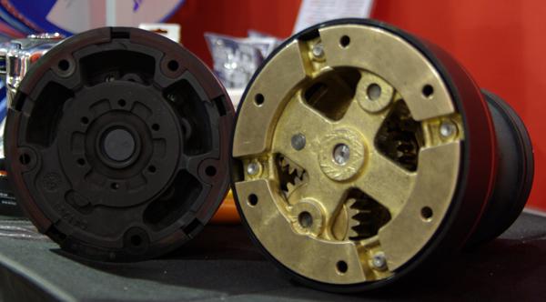 Det gamle tunge Harken spil med bronze i bunden ses til højre, mens det lettere i stål nu kan monteres til el. Foto: Troels Lykke