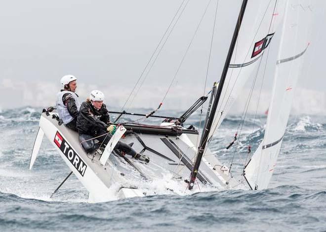 Allan Nørregaard og Line Just lavede fem top ti placeringer i Nacra 17, og tog 15. plads, her forsøger de at undgå en kæntring. Foto: Jesus Renedo