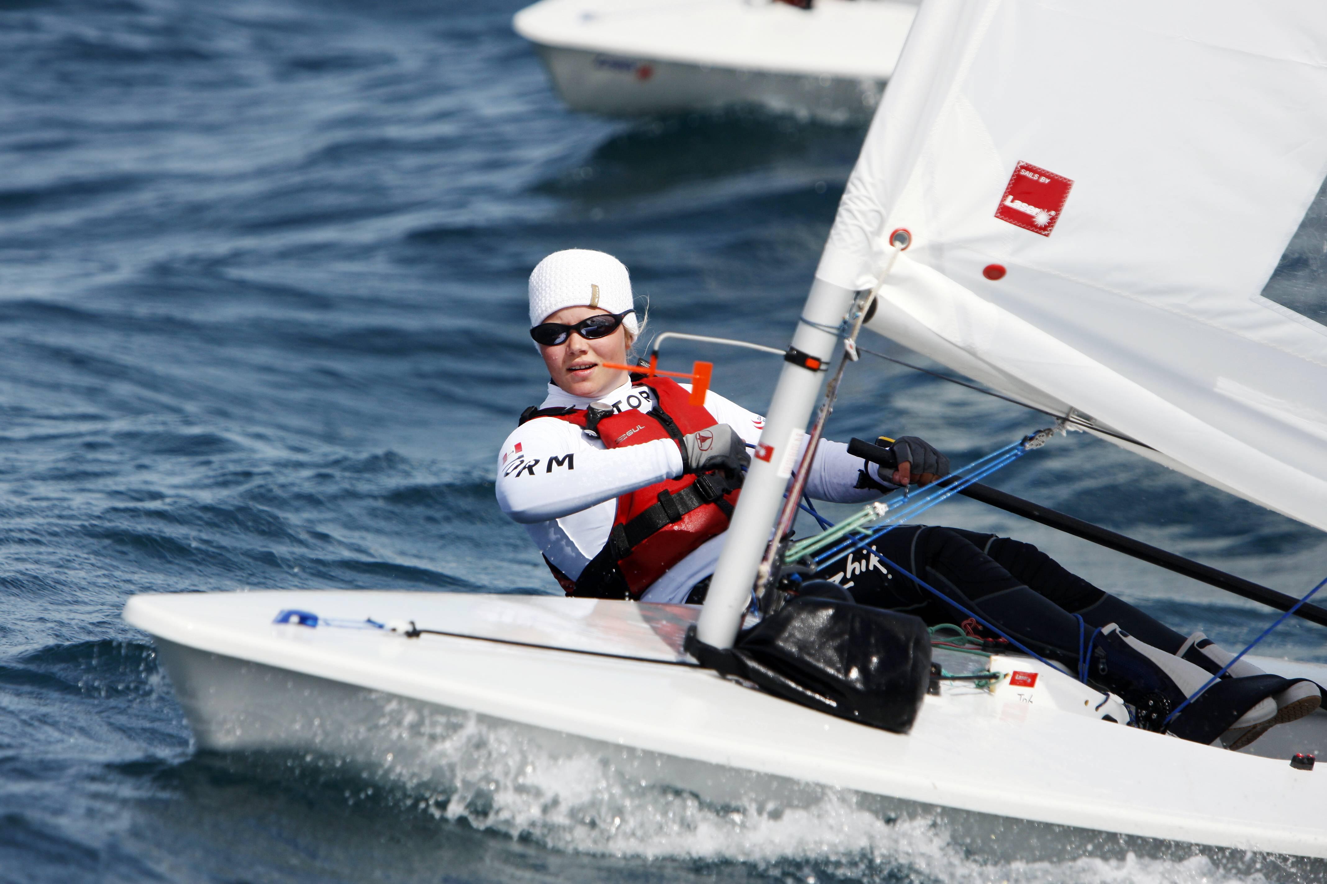 Anne-Marie Rindom kan bedst lide at sejle på kryds, hvor hun har god fart og læser vindspringene godt. Foto: Dansk Sejlunion, Mick Anderson, Sailingpix
