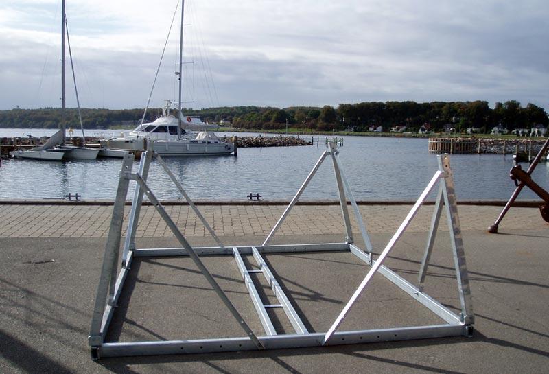 Pas på at båden ikke hviler i stativet, men kølen hviler på jorden. Foto: Askostål.dk