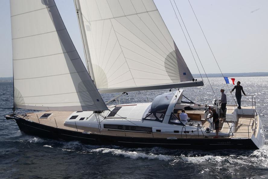 Oceanis sejlede kun 7,4 knob og kun 50 grader til vinden på kryds. Ikke en imponerende fart. Det skyldes bl.a. at rullestorsejlet stod dårligt og var uden lodrette sejlpinde. Foto: Troels Lykke