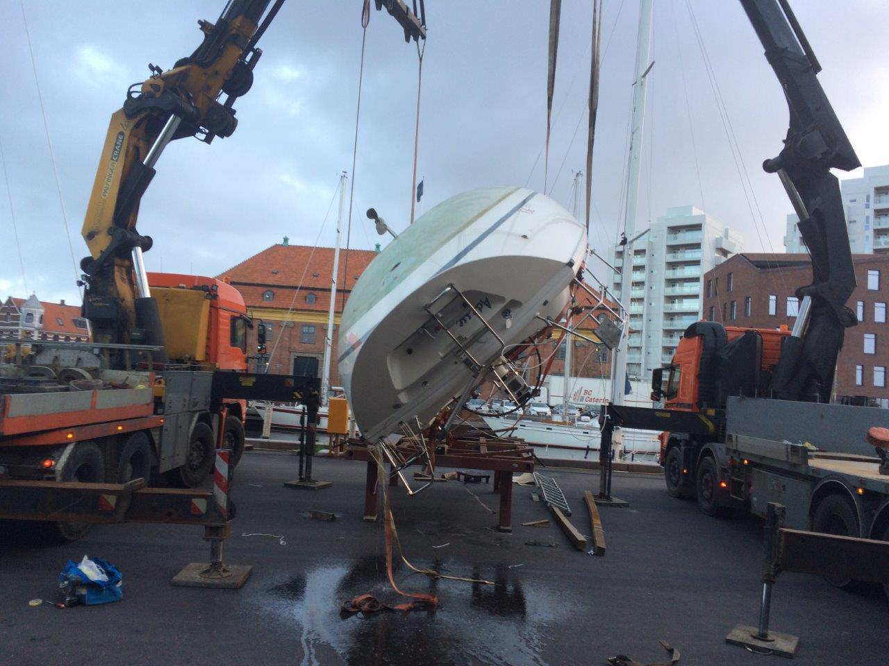Båden blev vendt om for at gøre arbejdet med kølen nemmere. Foto: Søren Buhl.