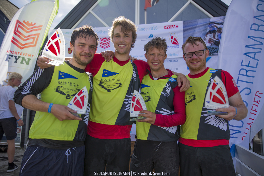 Glade Bandholm-sejlere efter sejren i Kerteminde. Foto: Frederik Sivertsen / Sejlsportsligaen