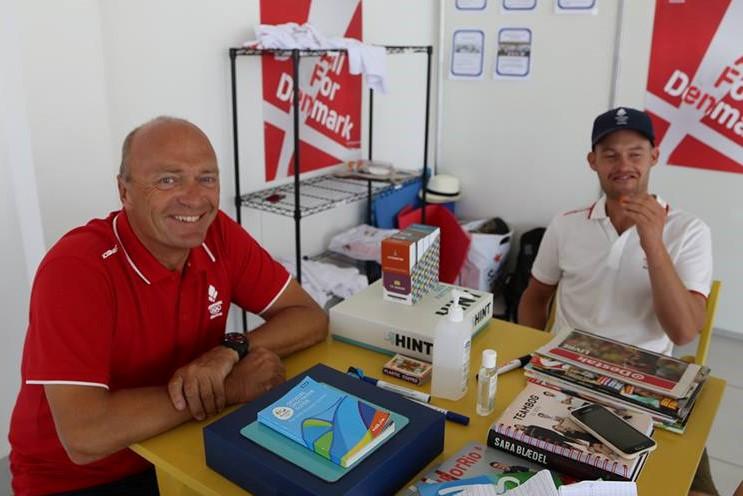 Jesper Bank, tv, ses her i Rio under OL, hvor han var rådgiver for OL-sejlerne. Blandt andet Allan Nørregaard, tv., i Nacra 17. Foto: Troels Lykke