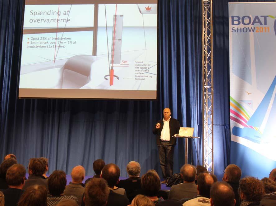 Jesper Bank holder her foredrag for flere hundrede sejlere, der gerne vil vide mere om trim af masten. Fotos: Troels Lykke
