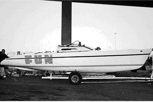 """""""FUN"""" havde centerboard og var så smal, at den kunne trailes. Foto: www.boatdesign.net"""