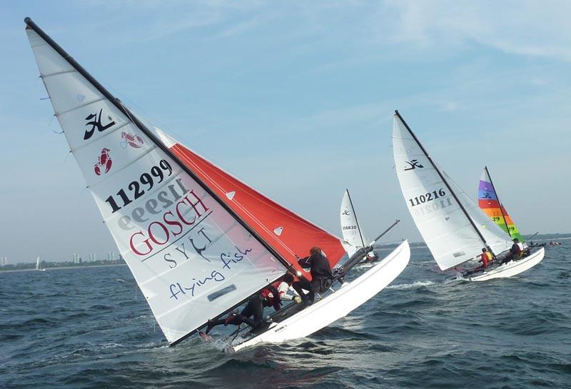 Daniel og Nikolej Bjørnholt var ved at vælte i en start, det kostede en tur på land, for at reparere båden. Foto: Katrine Bertelsen