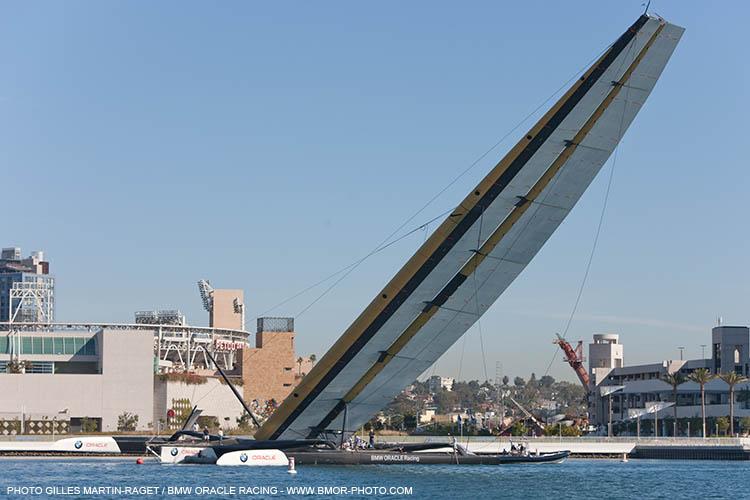 BMW Oracle Racing er ved at rejse vingemasten i San Diego forleden. Foto: Gilles Martin-Raget