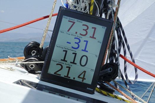 """Grundstammen i Sailmon™ er en 10,4"""" TFT monitor med indbygget CPU, som kan styres via iPad, iPod Touch, PC eller Android enheder"""
