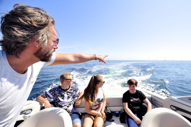 Boatflex og bådejer, Jackie Philip, gav konfirmanderne en dejlig dag i høj sol på vandet ud for København. Foto: Zara Wali