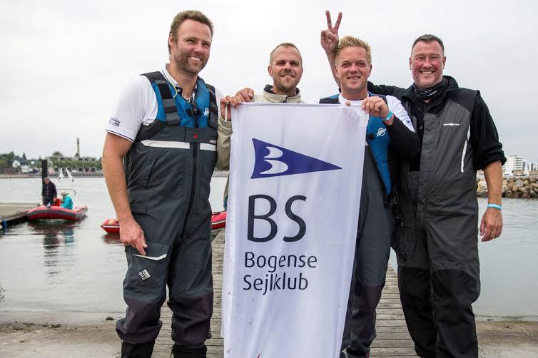 Vinderne fra Bogense med skipper Ulrik Meyer. Nu skal de sejle i 1. division i Sejlsportsligaen. Foto: Sivertsen Photography