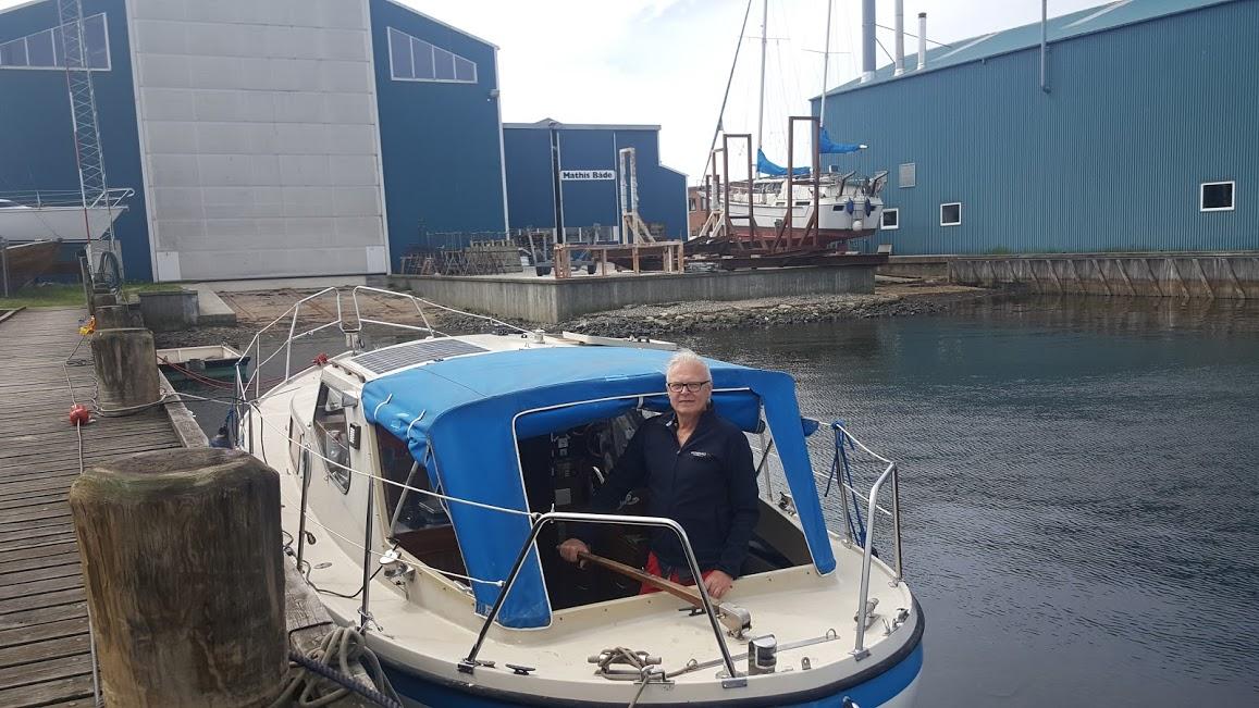 I Mathis' havn: To kunder. Måske er Mathis Værft mest egnet for større lystbåde som den første og ikke små både som min bagvedliggende LM 27 med tilhørende fattig ejer. Foto: Bøje Larsen
