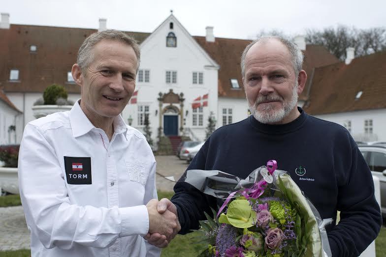 Hans Natorp formand for Dansk Sejlunion, tv., ønsker her Børge Dammand fra Aarhus tillykke. Foto: Flemming Ø. Pedersen/Dansk Sejlunion
