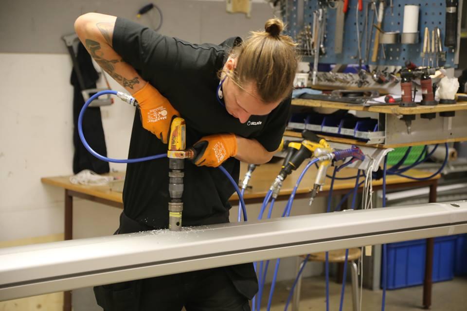 Der var stor koncentration i monteringshallen i Långedrag, da minbaad.dk kom forbi fornylig hos Seldén Mast. Foto: Troels Lykke