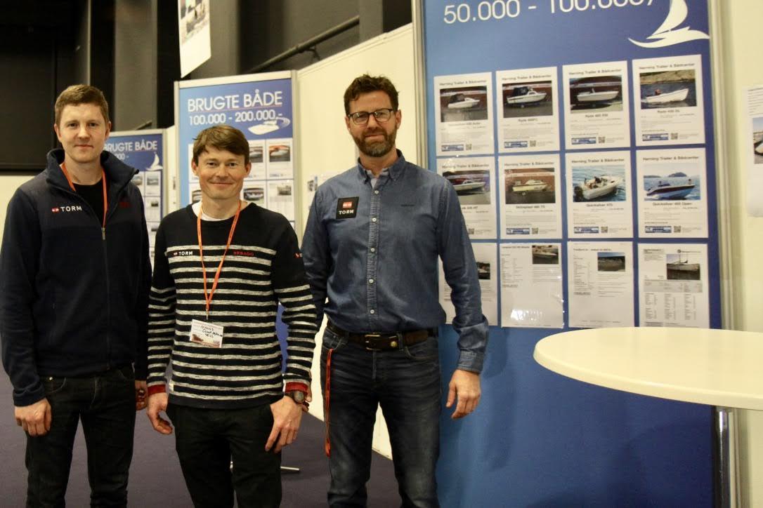 Morten Jensen, Nicolas Brandt Hansen og Frank Eriksen fra Dansk Sejlunion håber, at brugtbådsvæggen kan vise gæsterne, hvor billigt det i dag er at købe båd. Foto: Sara Sulkjær
