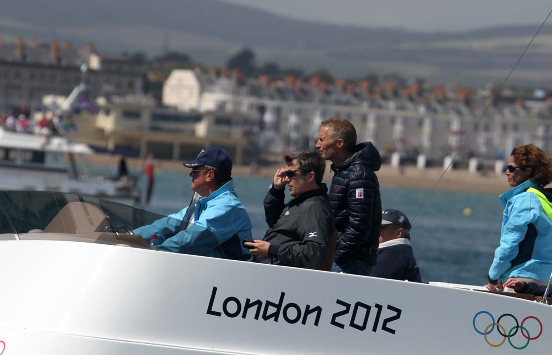 Hans Natorp ses her til medal race i Finnjolle i Weymouth, sammen med kronprins Frederik. Foto: Troels Lykke