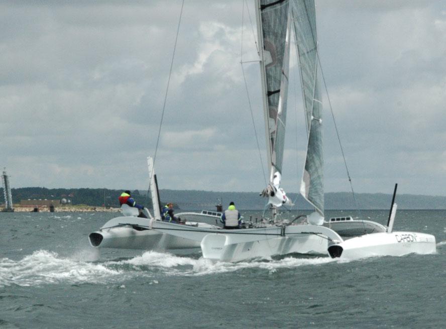 Carbon3 på vej ud af Lillebælt, kort tid efter sejlede båden 26 knob i et pust på 15 m/sek. Foto: Axel Waltersdorph