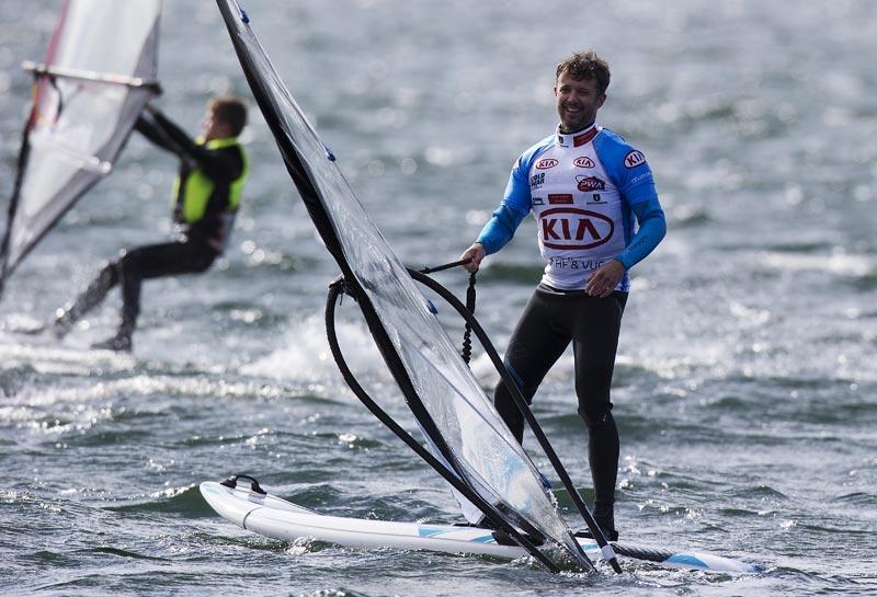 Kronprins Frederik måtte erkende, at lige så god som de unge surfere bliver han aldrig. Foto: John Carter, Cold Hawaii