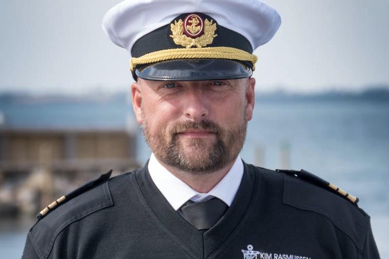 Havnefoged Kim Rasmussen stod klar i sin nye uniform, da kongeskibet anløb Rudkøbing Havn torsdag. Foto: Søren Stidsholt Nielsen, Søsiden, Fyns Amts Avis