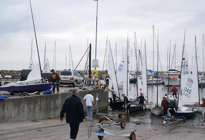 OK-joller i trængsel på jollerampen, til DM i Faxe Ladeplads 2012. Foto: jørgen Boots/Fakse Ladeplads Sejlklub
