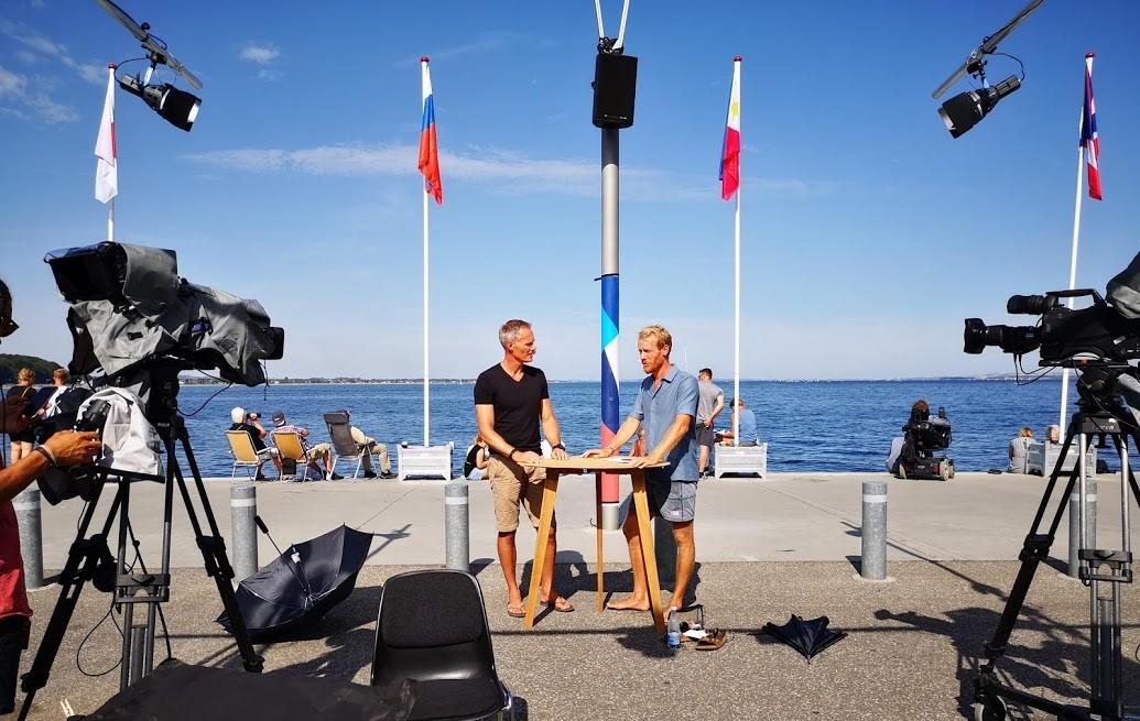 Kommentator Michael Hestbæk, tv., fik en del ros for sine dybdegående forklaringer om sejlsporten. Her står han i selskab med DR-vært Tobias Hansen. Foto: Troels Lykke