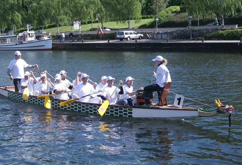 Det var i en dragebåd magen til denne, elever og lærere stod ud på Præstø Fjord for et lille år siden. Foto: Foto: Silkeborg roklub