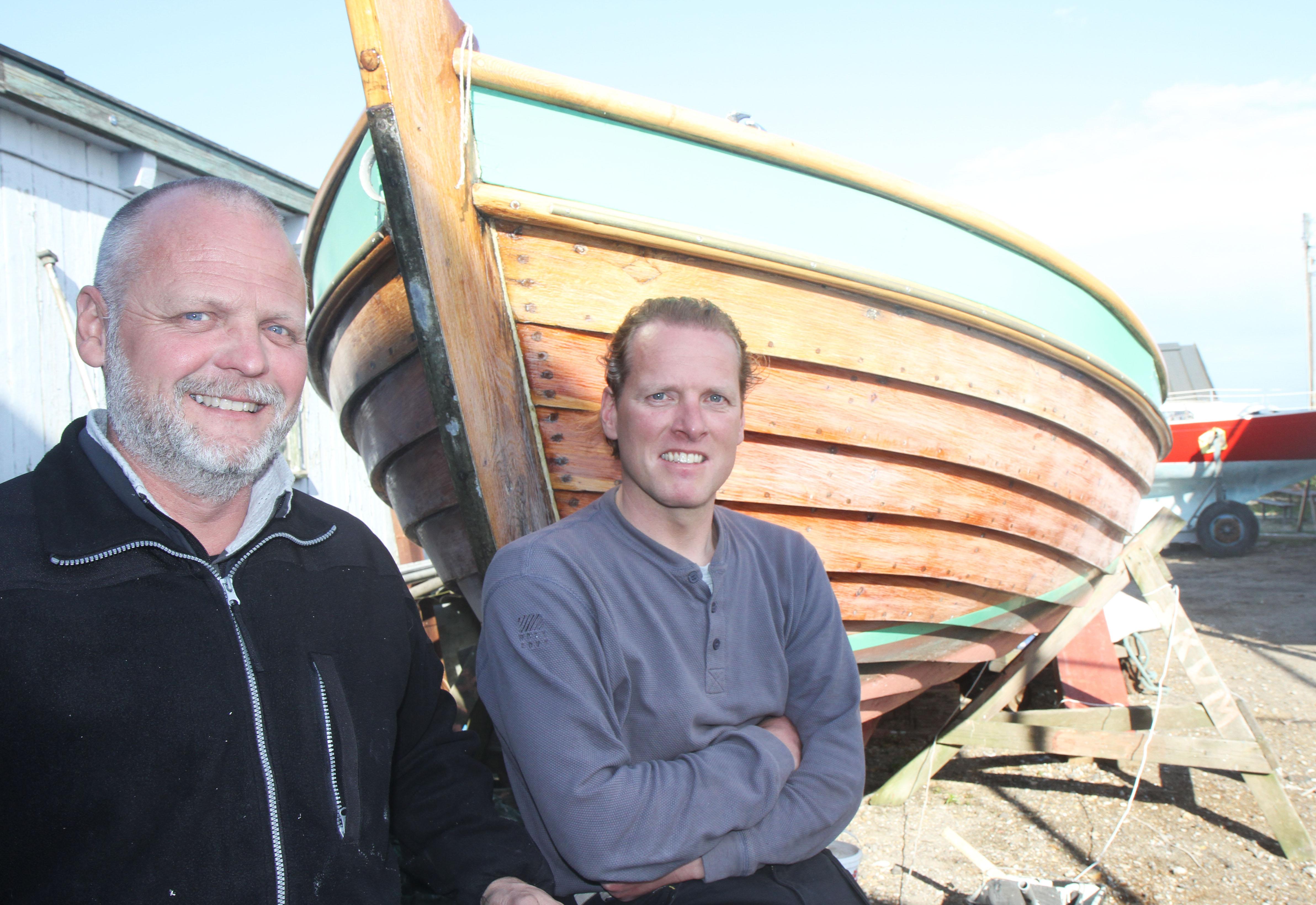 To bådebygger-chefer: Dirch Petersen, tv., er 3. generation på Dragør Baadeværft, mens Morten Nielsen blev medejer i 2004. De to stod begge i lære på bådværftet midt i 80erne. PR-foto