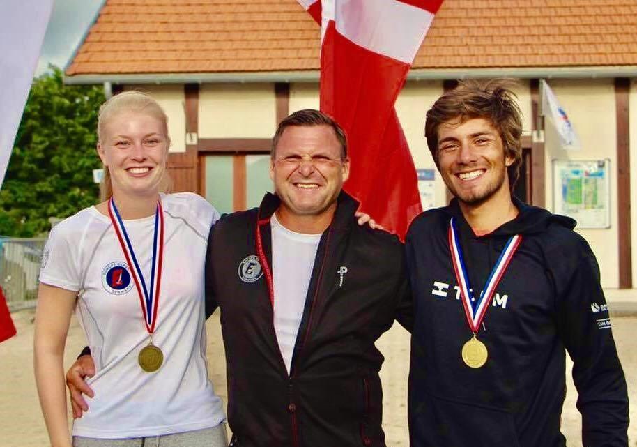 Fra venstre mod højre ses de tre medaljetagere Julie Erhardsen, Kaløvig Bådelaug, Søren Johnsen, Skive sejlklub og Kristian Præst, Kaløvig Bådelaug. Foto: Søren Johnsen