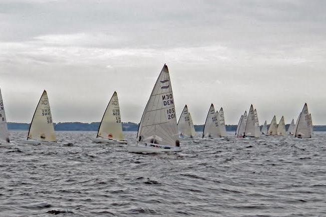 Bredt felt af sejlere fra Danmark, Holland, Sverige og Tyskland deltog i Finnjolle DM. Foto: Christian Qvist, Dansk Finnjolle Klub