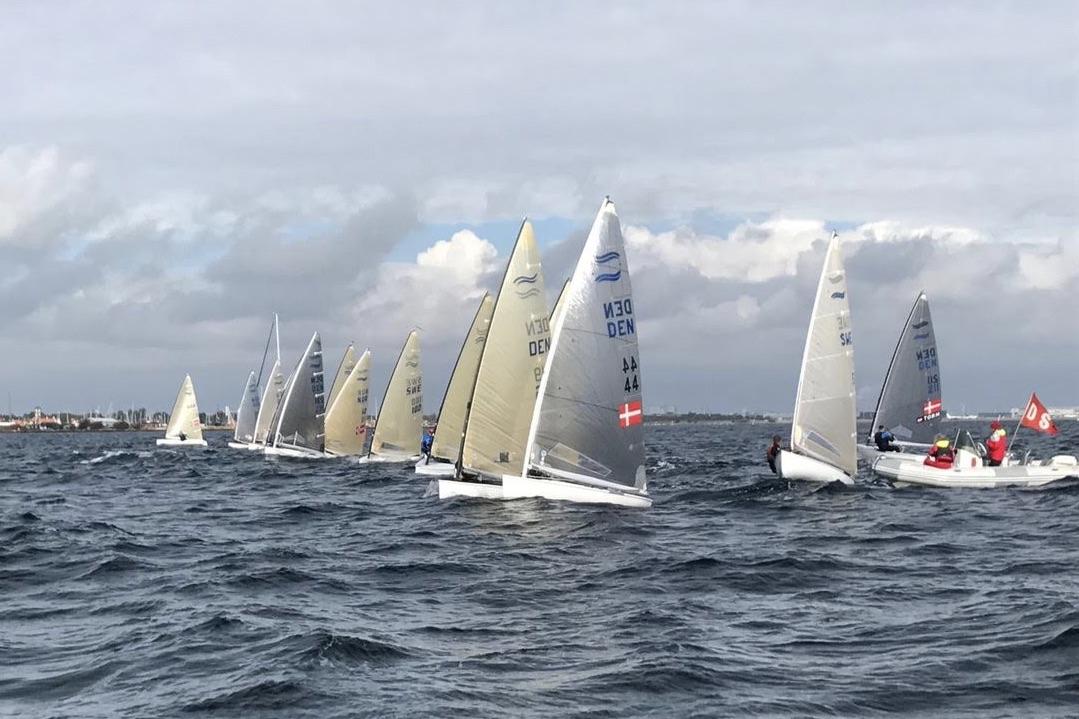 Særligt de udenlandske deltagere skulle lære at sejle i den henover dagen tiltagende strøm ud for Dragør. Foto: Jesper Pape