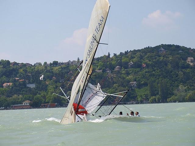 Konkurrenten Liberty laver et nosedive i 18 footer stævnet.