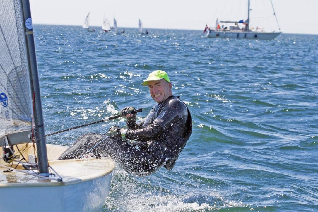 Finnjolleklassens danmarksmester i 2017, Otto Strandvig, er blandt andet klar på startlinjen til årets Flæske Cup. Foto: Kenneth Bøggild, Vallensbæk Sejlklub
