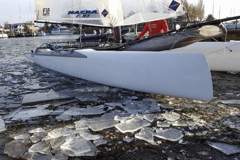 Isen i havnen skabte nye udfordringer for Finnjolle- og F18-sejlerne. Foto: Vallensbæk Sejlklub