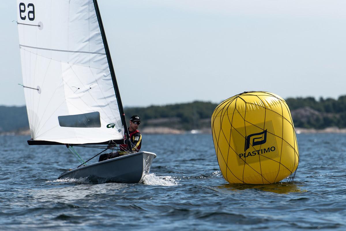 Fredik Lööf bor nu i Norge og sejler lidt OK-jolle blandt andet. Han vandt også OK-NM for 30 år siden, da han var 17 år. - Jeg er glad for at sejle det elementære, enkle, som OK og Finnjolle står for, siger svenskeren, der sejler med danske Green Sails. Foto: Joel Hernestål, Spline AB